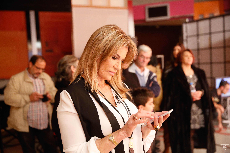 Teresa Guilherme nos bastidores da televisão - Cinha Jardim ao telefone