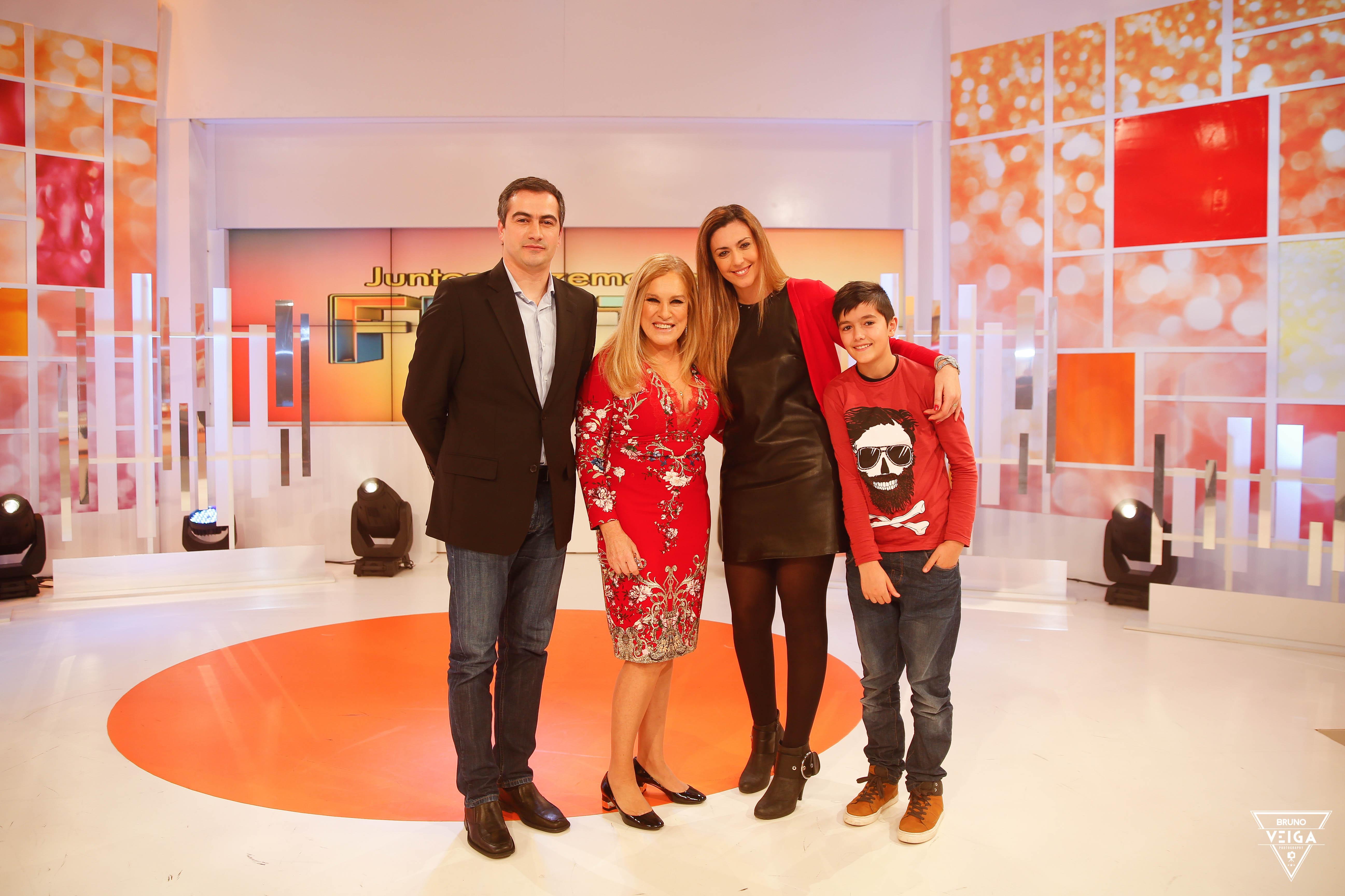 Teresa Guilherme nos bastidores da televisão - foto de família com o Telmo, a Célia e o filho Alexandre.