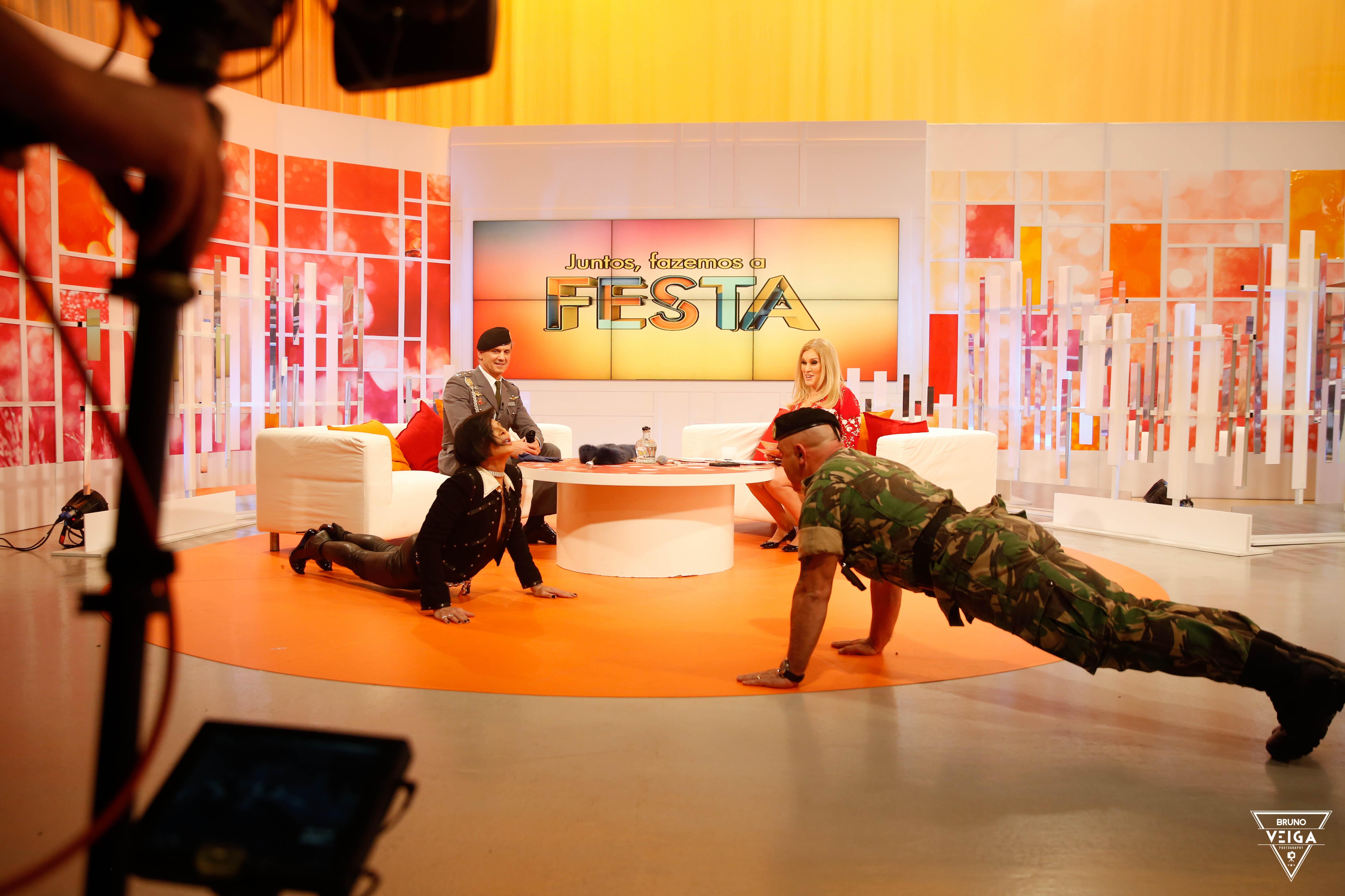 Teresa Guilherme nos bastidores da televisão - José Castelo Branco a fazer flexões