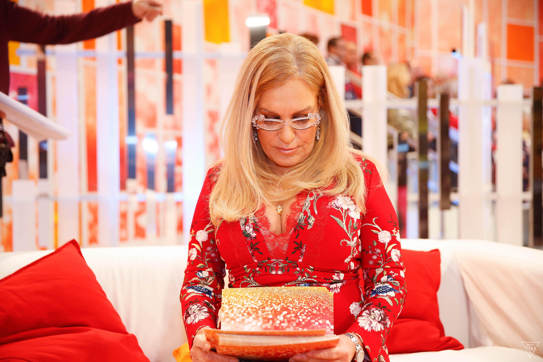 Teresa Guilherme nos bastidores da televisão - a ler os cartões