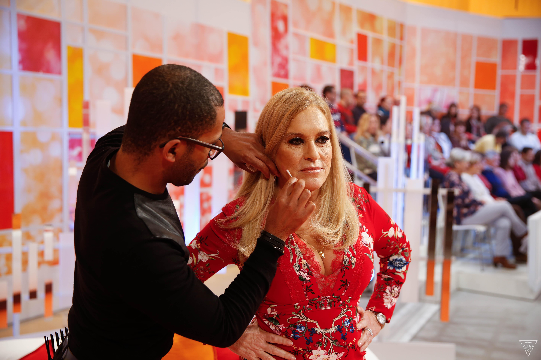 Teresa Guilherme nos bastidores da televisão com Wagner Santos, cabeleireiro e amigo de sempre