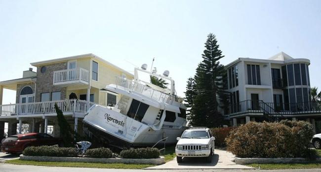 Insólito - barco estacionado ao lado de um carro