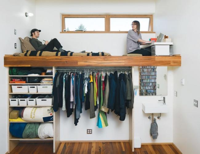 Ideias para espaços pequenos - Cama e secretária de trabalho sobre o roupeiro