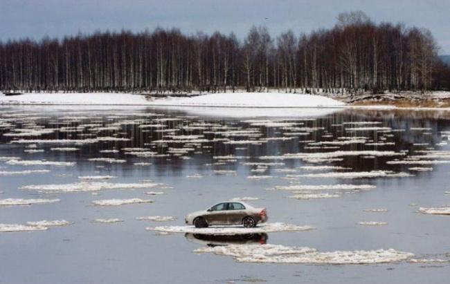 Insólito - carro em cima do gelo, no lago