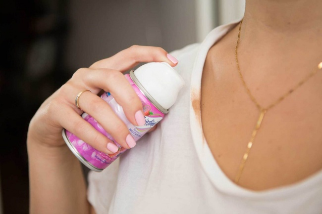 10 truques geniais para a sua roupa e calçado - limpar vestígios de base