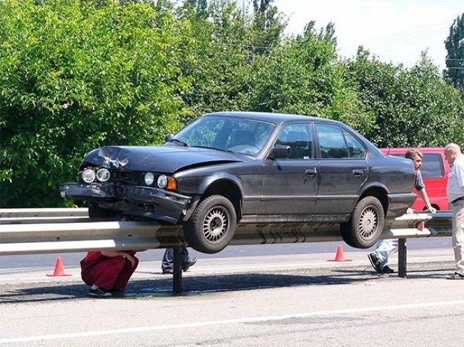 Insólito - carro em cima de rail da autoestrada
