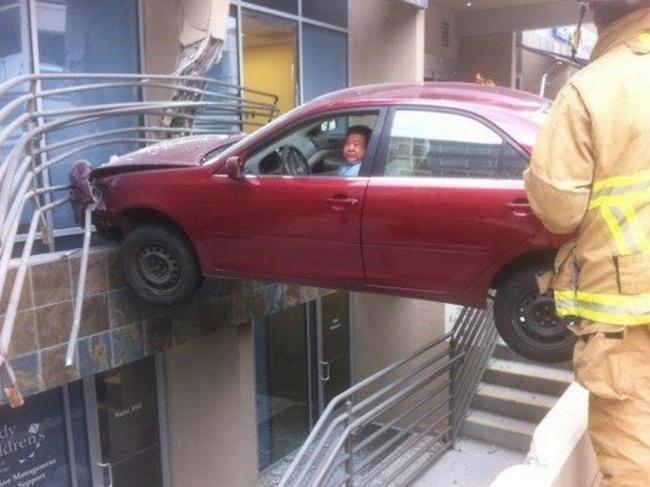 Insólito - acidente de carro contra shopping