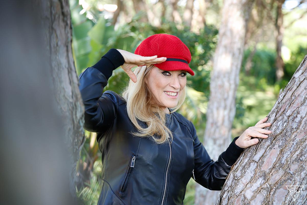 Chapéus há muitos - Teresa Guilherme de boné vermelho