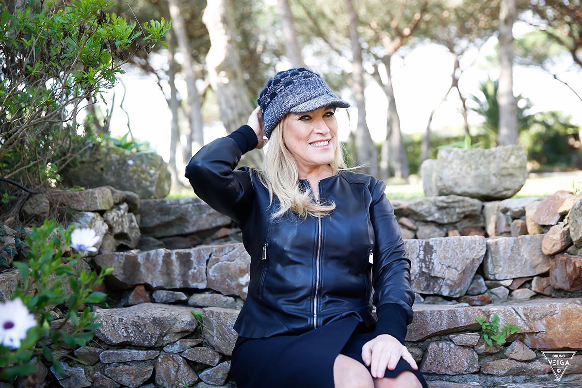 Chapéus há muitos - Teresa Guilherme de boné preto