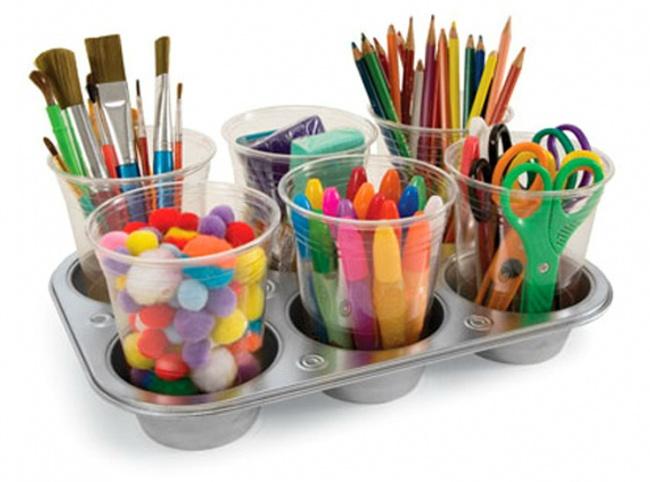 Dicas para nunca mais perder nada -  guardar material escolar em copos de plástico com base