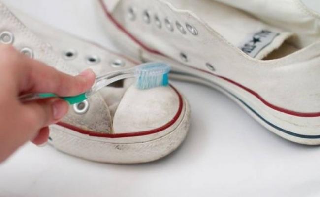 Pasta de dentes: 10 truques surpreendentes! - limpar o branco dos ténis