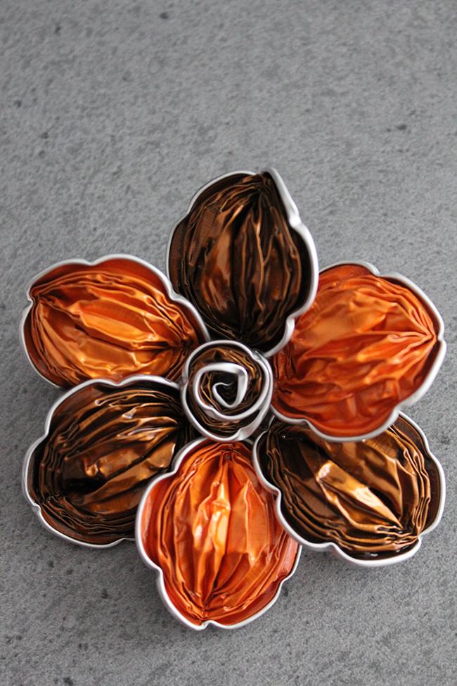 Ideias criativas para transformar cápsulas de café usadas em bijuteria - alfinete de peito