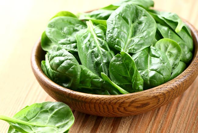 9 alimentos que a vão ajudar a dormir melhor - Espinafres