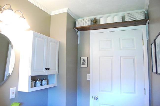 Ideias para dar uma vida nova à sua casa de banho - prateleira por cima da porta