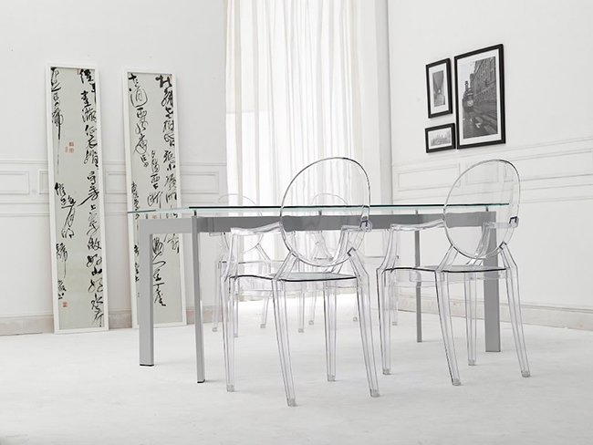 Truques de decoração para a sua casa parecer muito maior - mesas e cadeiras em acrílico