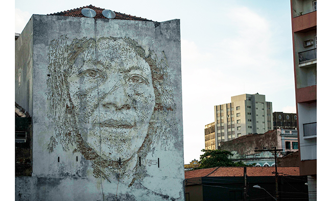 As maravilhosas obras de arte urbana de Vhils, um artista português