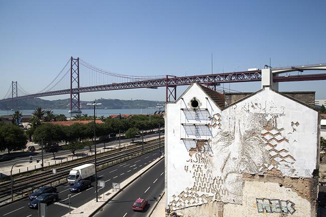 As maravilhosas obras de arte urbana de Vhils, um artista português - parede em Alcântara, Lisboa