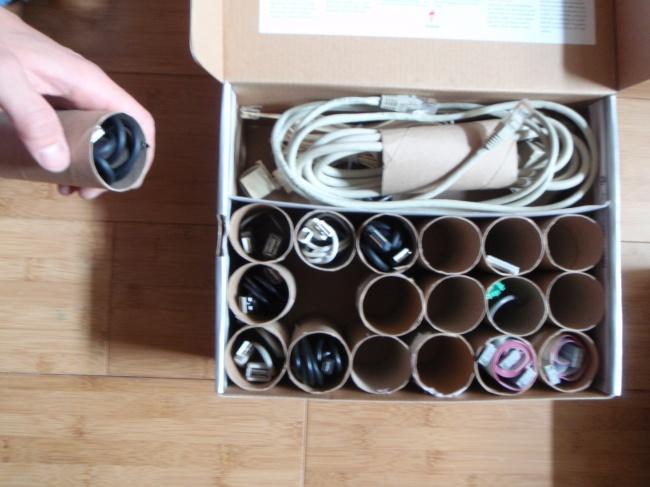 Ideias criativas para arrumações - tubos de papel higiénico para guardar fios e cabos de carregadores