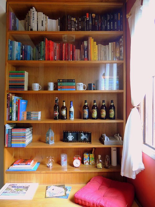 Truques de decoração para a sua casa parecer muito maior - use estantes do chão ao teto