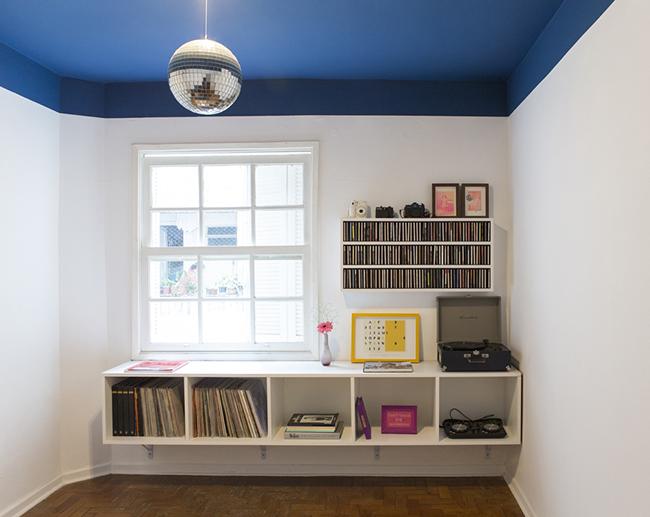 Truques de decoração para a sua casa parecer muito maior - pinte o tecto de cor forte