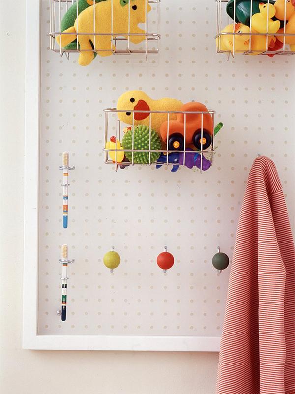 11 sugestões perfeitas de arrumação - placa perfurada para guardar brinquedos