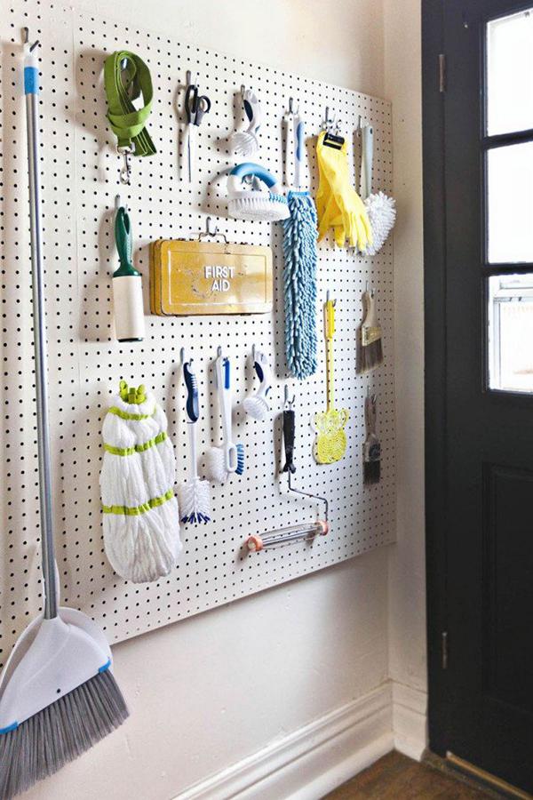 11 sugestões perfeitas de arrumação - placa perfurada para guardar materiais de limpeza