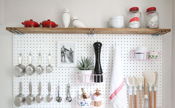 11 sugestões perfeitas de arrumação - placa perfurada na cozinha