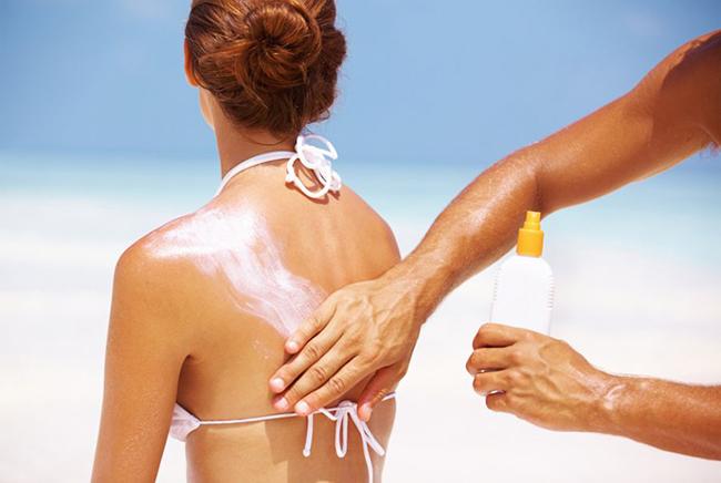 O protetor solar usado corretamente evita manchas e acne