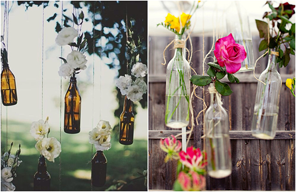 Garrafas de vidro decoradas penduradas em árvores