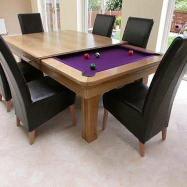 Mesas de jantar podem ser versáteis. Esta transforma-se em mesa de snooker