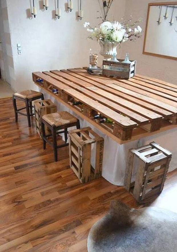 Mesas de jantar feitas com paletes são uma opção barata e de grande efeito