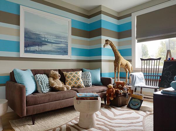 Papel parede de cores claras e neutras, e padrões de riscas verticais