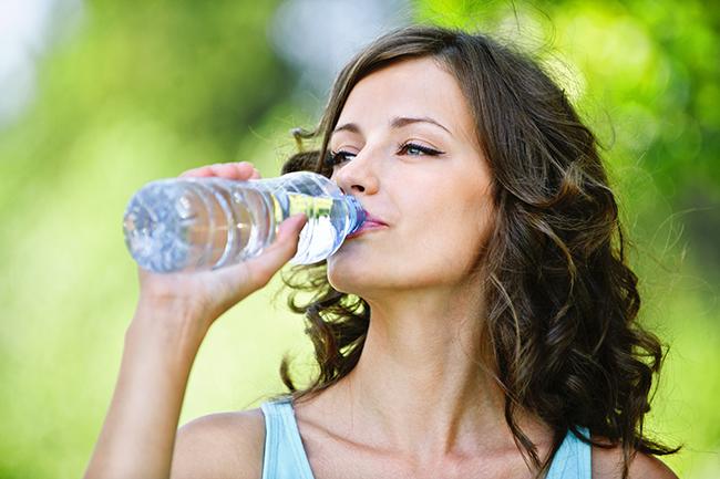 Beber água pura ajuda a perder gordura abdominal