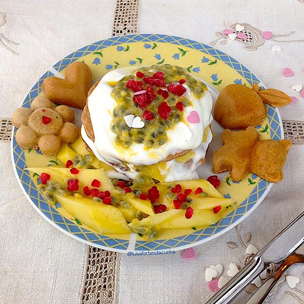 2 sobremesas irresistiveis por Luísa Fortes da Cunha - Panquecas com iogurte grego, manga e maracujá
