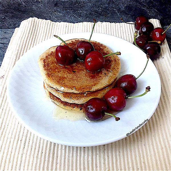 2 sobremesas irresistiveis por Luísa Fortes da Cunha - Panquecas com mel e cerejas