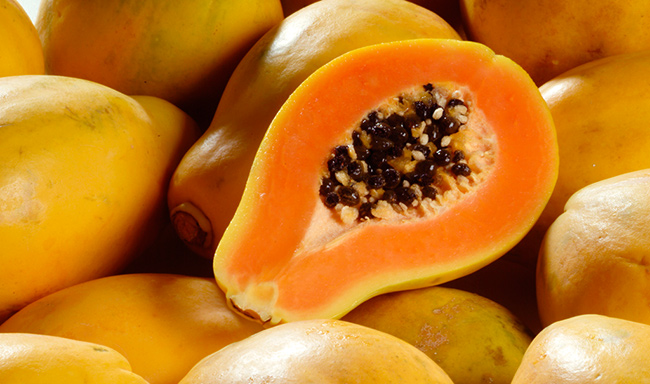 Frutos e vegetais que ajudam a manter a pele bronzeada - Papaia ou mamão