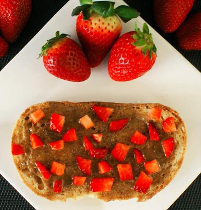 Pão com pasta de avelã e morangos- 4 super pequenos almoços alcalinos, por Rita Boavida