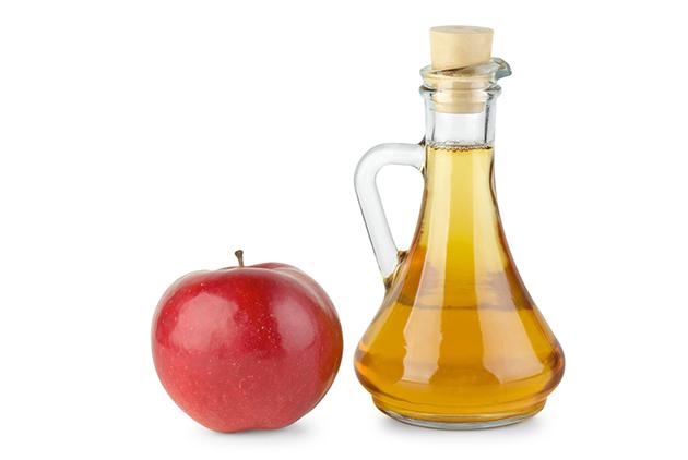 Truques para afastar as melgas - recipiente com vinagre de maçã, detergente e açucar