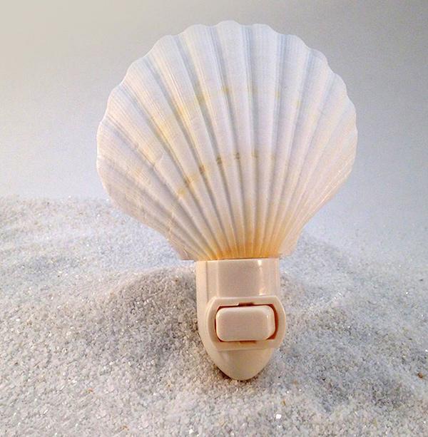 Decoração sem custos - luz de presença com conchas e búzios