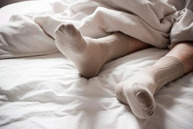 Dormir sempre fresco - calce umas meias previamente arrefecidas