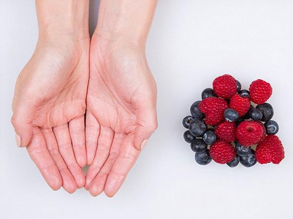 Nutrição - as quantidades ideais de cada alimento - mãos, dose de frutas pequenas