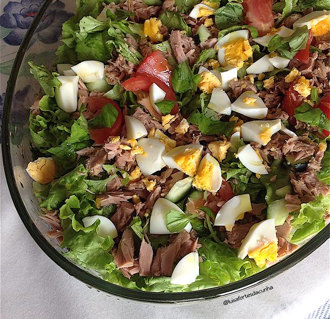 Saladas de verão por Luísa Fortes da Cunha - Salada de atum com ovo cozido, rúcula, alface, tomate, pepino, manjericão