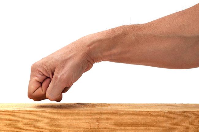 Superstições bem conhecidas - Bater na madeira