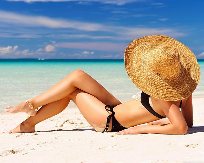 Ideias para proteger o cabelo do sol - use um chapéu de palha com abas largas