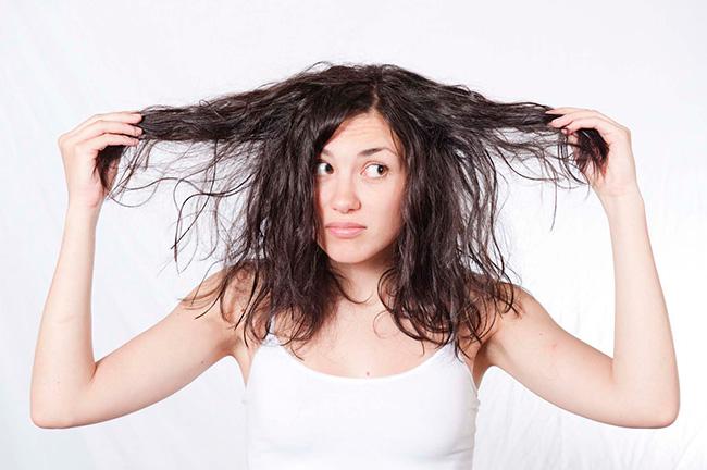 Ideias para proteger o cabelo do sol - não penteie o cabelo molhado