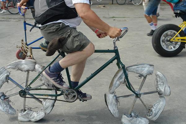 Bicicletas surpreendentes - bicicleta com rodas de sapatos de ténis