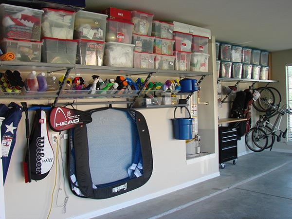 Garagens e arrecadações - dicas de arrumação: caixas de plástico fortes