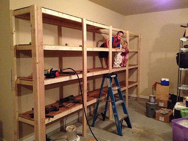 Garagens e arrecadações - dicas de arrumação: estantes perfuradas