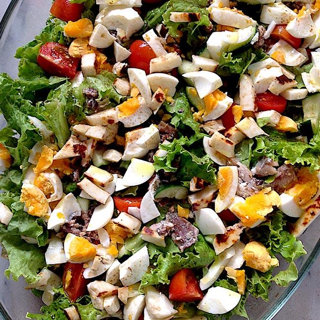 Salada fresca de sardinha, ovo e queijo Halloumi
