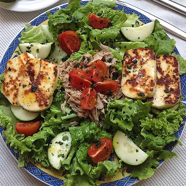 Saladas muito frescas e saudáveis - Salada de atum com queijo Halloumi